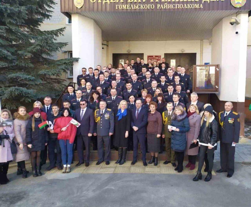 Учащиеся лицея поздравляют с днем милиции